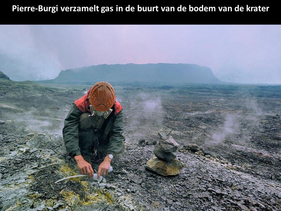 Dario Tedesco, een vulkanoloog, verzamelt gas om meer te leren over de vulkanische activiteit. De monsters worden onderzocht in een laboratorium