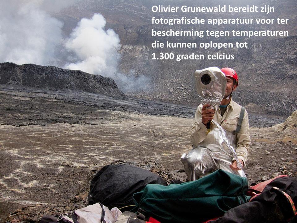 Franck Pothé benadert de lava. Voor een dergelijke ontmoeting moet de wind in de rug staan. Pothé is voortdurend op de hoogte van de wervelende winden