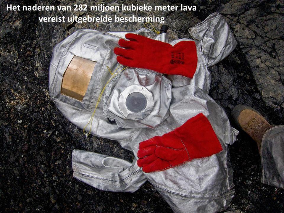 Olivier Grunewald bereidt zijn fotografische apparatuur voor ter bescherming tegen temperaturen die kunnen oplopen tot 1.300 graden celcius