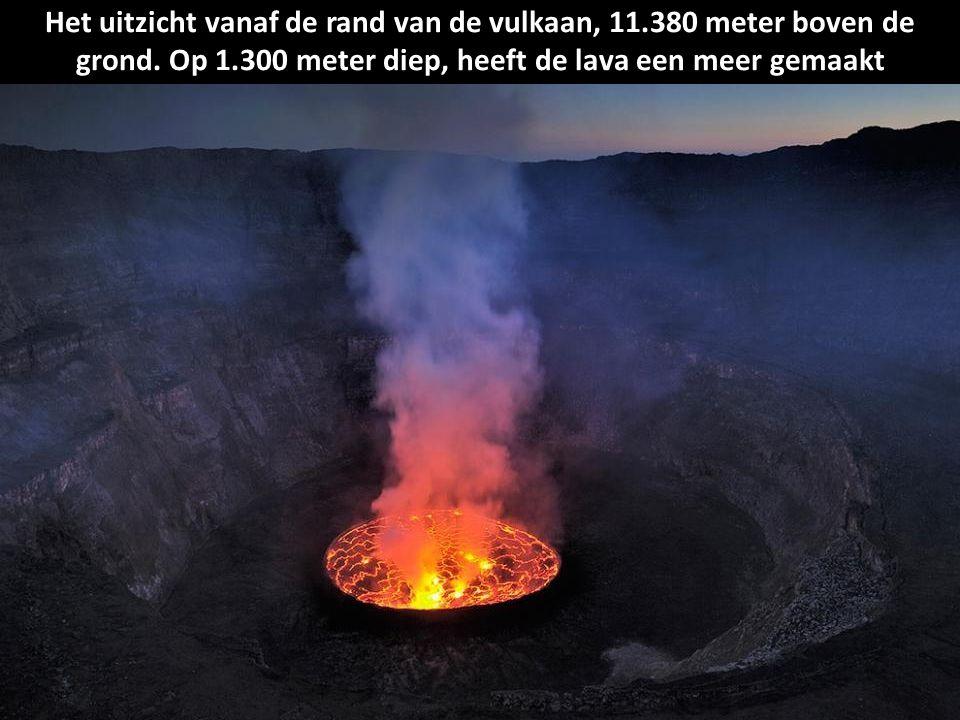Dario Tedesco, een vulkanoloog, verzamelt gas om meer te leren over de vulkanische activiteit.