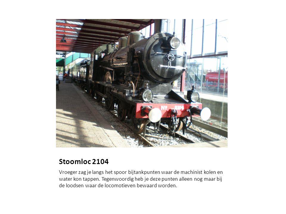 Stoomloc 2104 Vroeger zag je langs het spoor bijtankpunten waar de machinist kolen en water kon tappen.