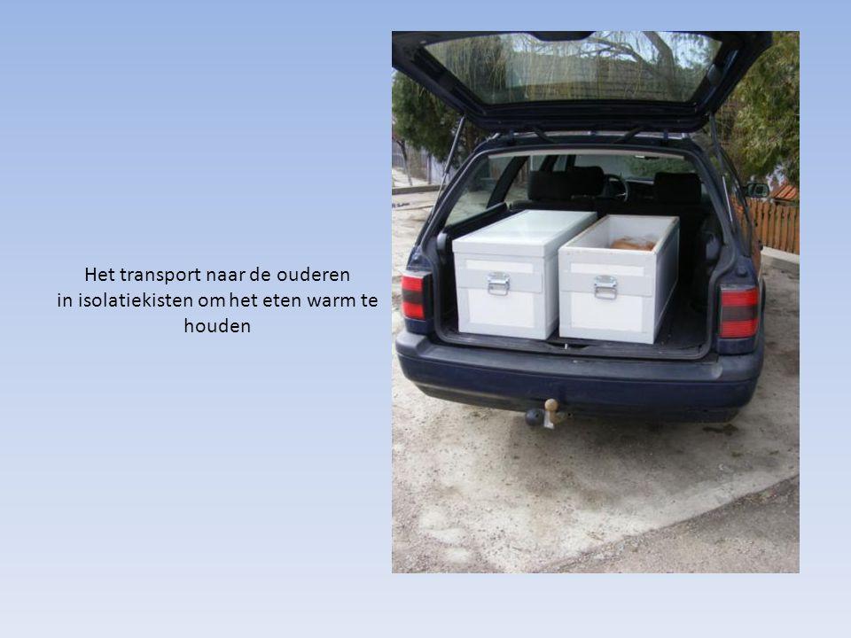 Het transport naar de ouderen in isolatiekisten om het eten warm te houden