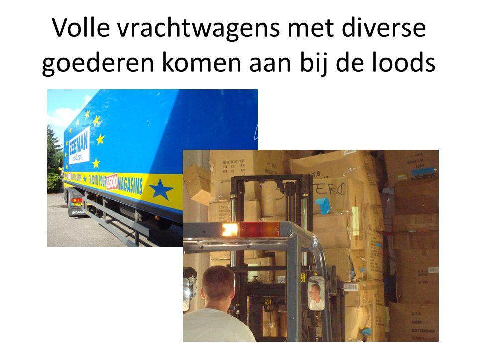 Volle vrachtwagens met diverse goederen komen aan bij de loods