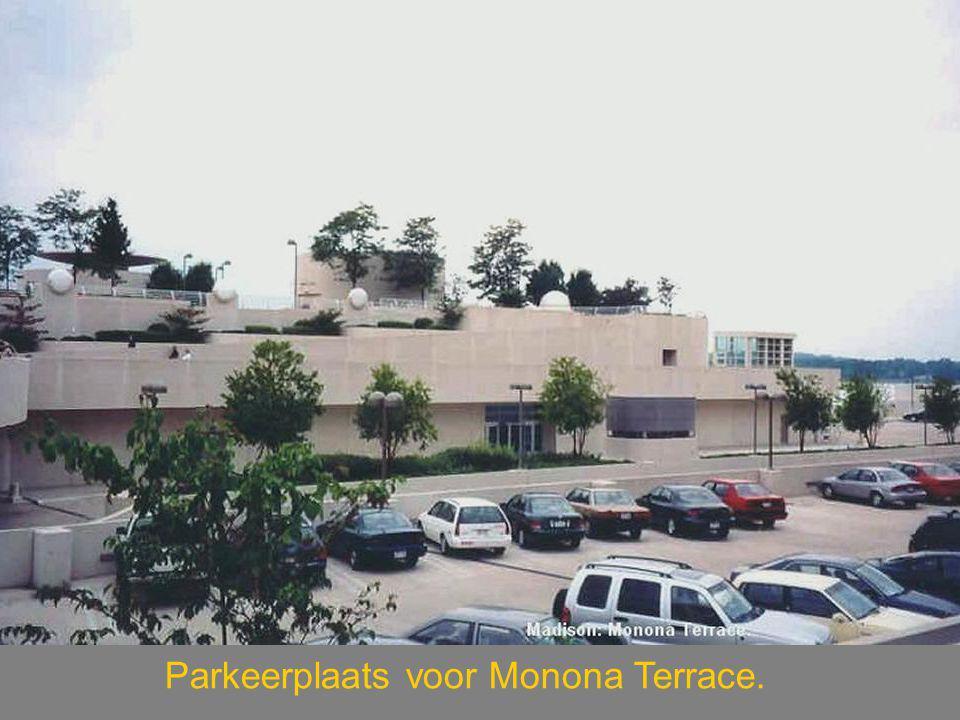 Parkeerplaats voor Monona Terrace.