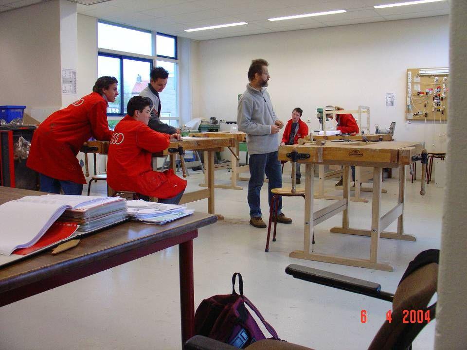 Elke leerling krijgt een eigen opdracht We leren in de praktijk in een werkplaats te werken Gelet wordt op: - sociaal gedrag -Veiligheid -Ontwikkeling van technische vaardigheden