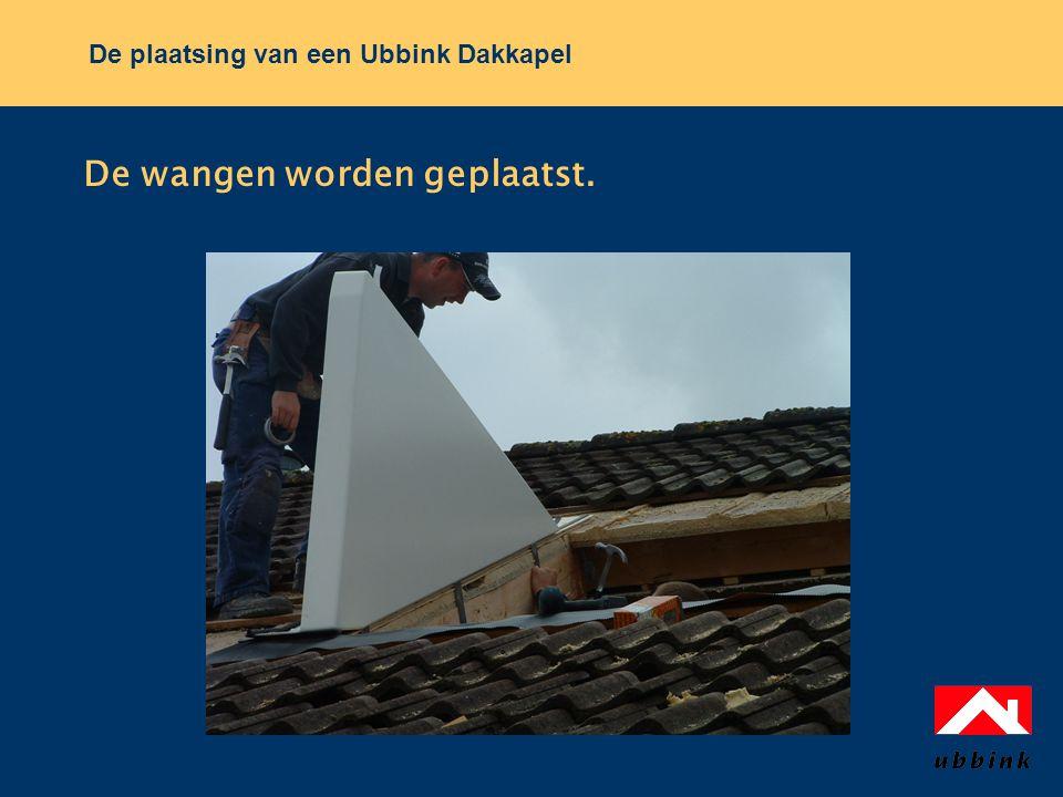 De plaatsing van een Ubbink Dakkapel De wangen worden geplaatst.