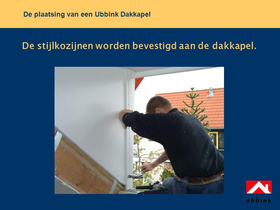 De plaatsing van een Ubbink Dakkapel De stijlkozijnen worden bevestigd aan de dakkapel.