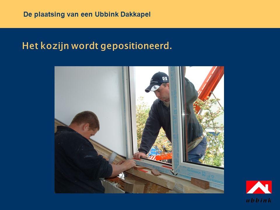 De plaatsing van een Ubbink Dakkapel Het kozijn wordt gepositioneerd.
