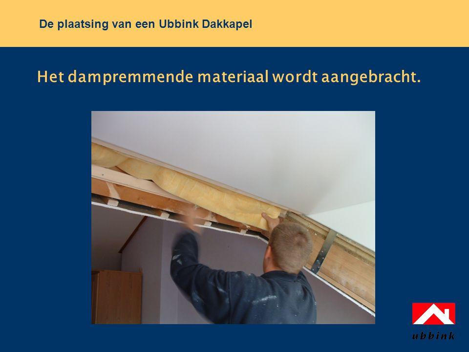 De plaatsing van een Ubbink Dakkapel Het dampremmende materiaal wordt aangebracht.