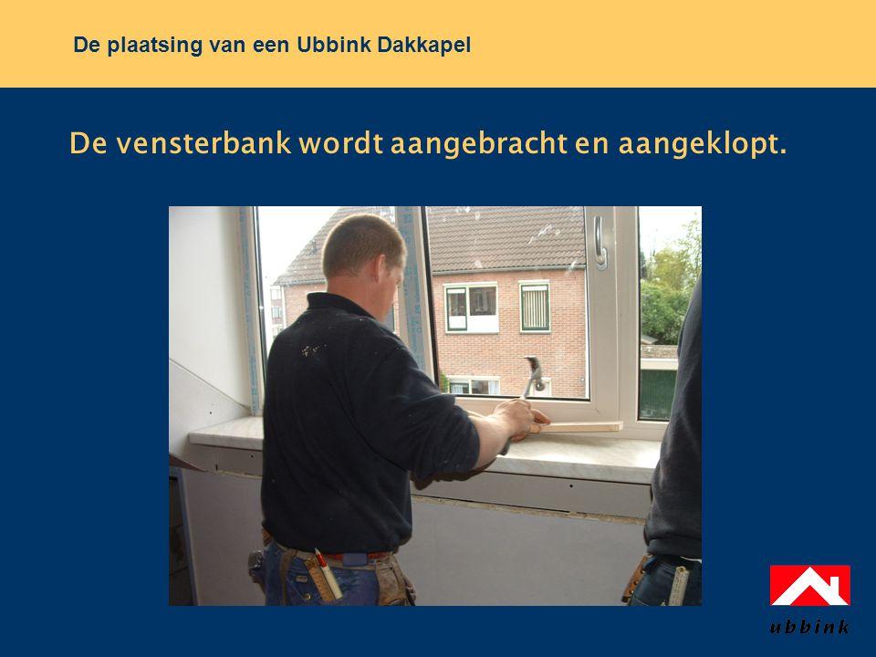 De plaatsing van een Ubbink Dakkapel De vensterbank wordt aangebracht en aangeklopt.