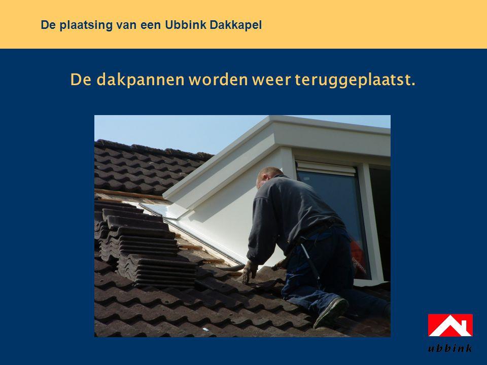 De plaatsing van een Ubbink Dakkapel De dakpannen worden weer teruggeplaatst.