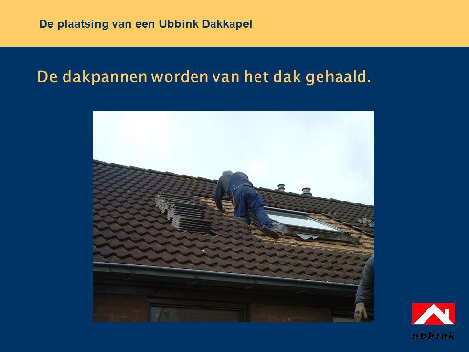 De plaatsing van een Ubbink Dakkapel De dakpannen worden van het dak gehaald.