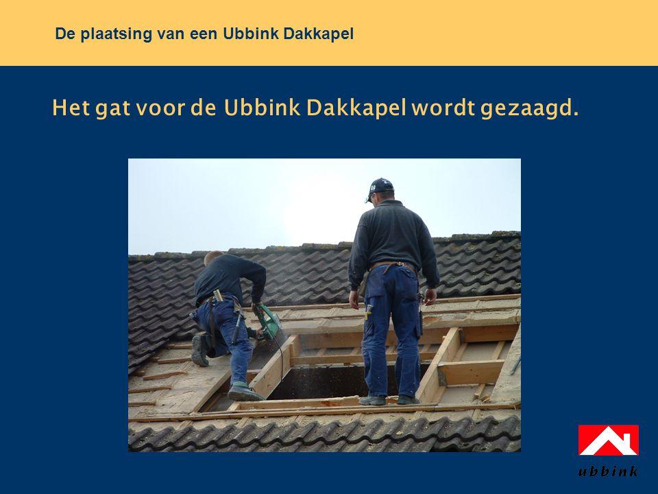 De plaatsing van een Ubbink Dakkapel Het gat voor de Ubbink Dakkapel wordt gezaagd.