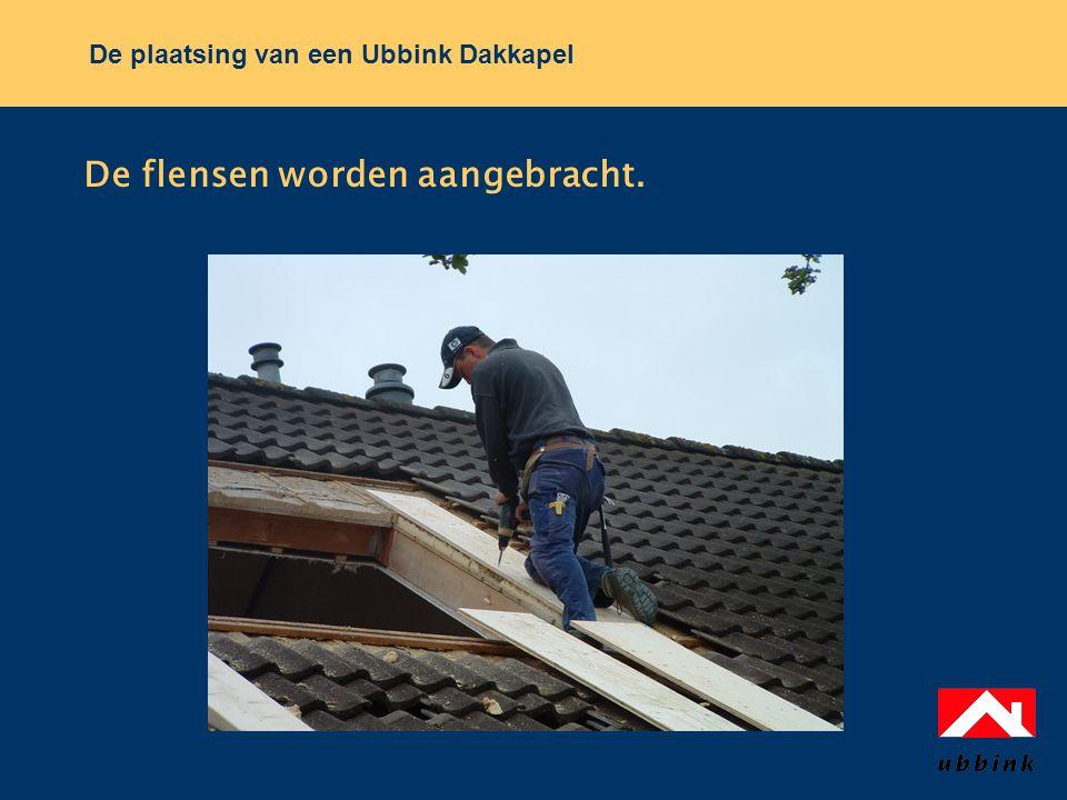 De plaatsing van een Ubbink Dakkapel De flensen worden aangebracht.