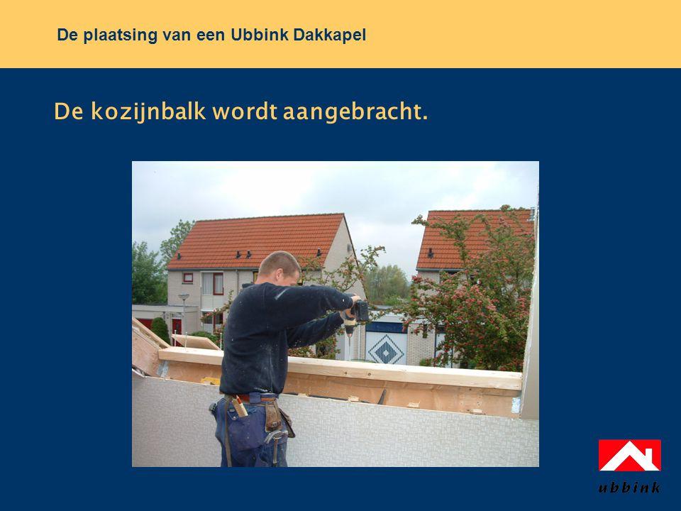 De plaatsing van een Ubbink Dakkapel De kozijnbalk wordt aangebracht.
