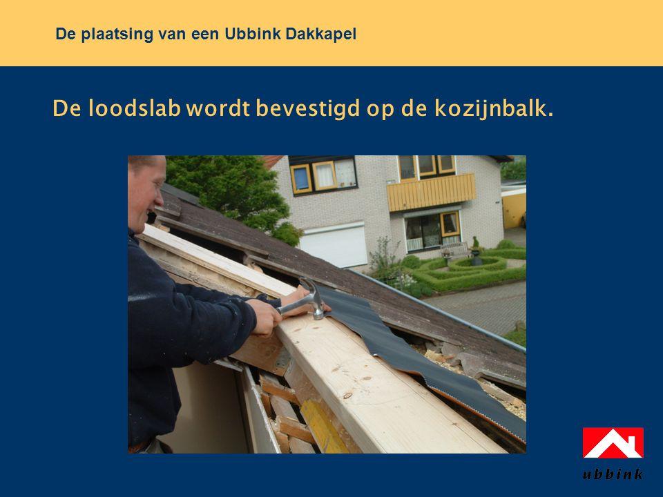 De plaatsing van een Ubbink Dakkapel De loodslab wordt bevestigd op de kozijnbalk.