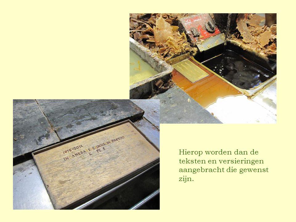Hierop worden dan de teksten en versieringen aangebracht die gewenst zijn.