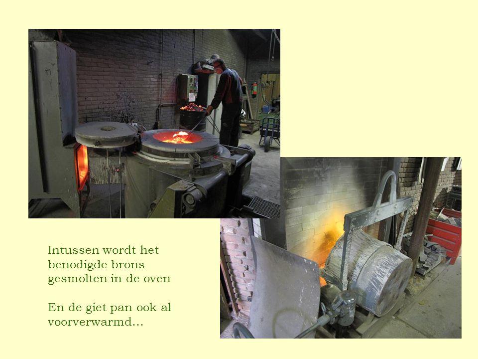 Intussen wordt het benodigde brons gesmolten in de oven En de giet pan ook al voorverwarmd…
