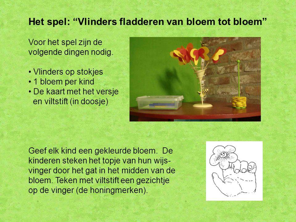 """Het spel: """"Vlinders fladderen van bloem tot bloem"""" Voor het spel zijn de volgende dingen nodig. Vlinders op stokjes 1 bloem per kind De kaart met het"""