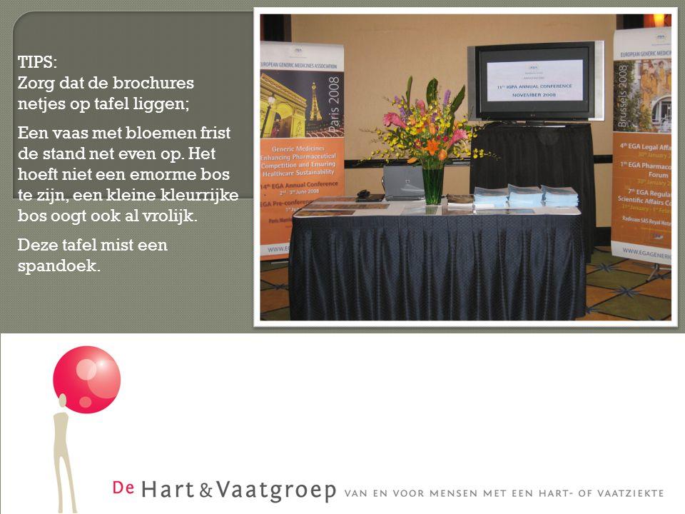 TIPS: Zorg dat de brochures netjes op tafel liggen; Een vaas met bloemen frist de stand net even op.