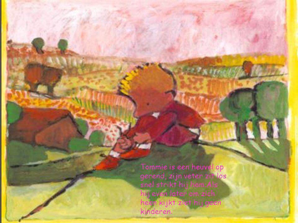 Tommie is een heuvel op gerend, zijn veter zit los snel strikt hij hem.Als hij even later om zich heen kijkt ziet hij geen kinderen.