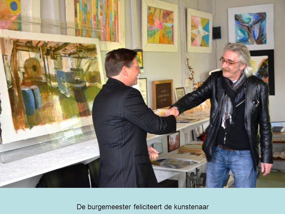 De burgemeester feliciteert de kunstenaar