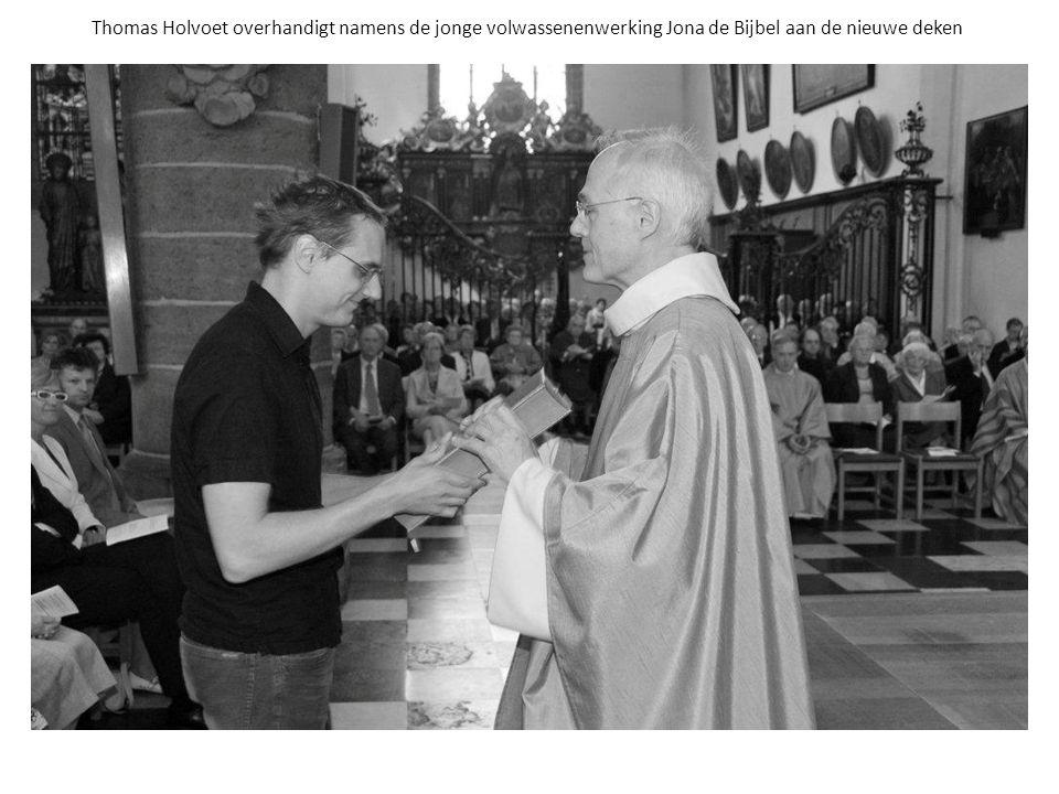 Thomas Holvoet overhandigt namens de jonge volwassenenwerking Jona de Bijbel aan de nieuwe deken