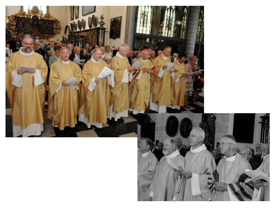 de bisschop legt de wierook op bij aanvang van de viering