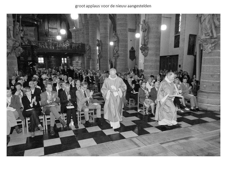 de vertegenwoordigers van de kerkfabrieken overhandigen de kerksleutels