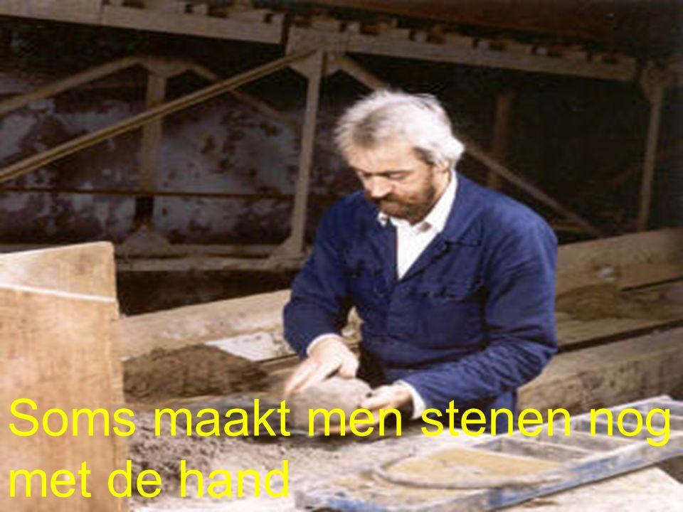 Soms maakt men stenen nog met de hand