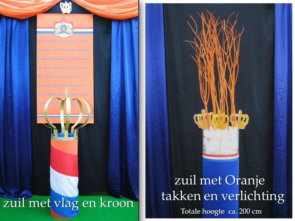 zuil met vlag en kroon zuil met Oranje takken en verlichting zuil met Oranje takken en verlichting Totale hoogte ca. 200 cm