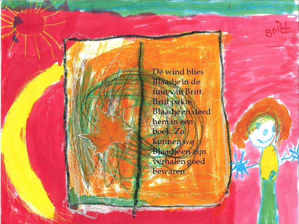 De wind blies Blaadje in de tuin van Britt. Britt pakte Blaadje en deed hem in een boek. Zo kunnen we Blaadje en zijn verhalen goed bewaren.
