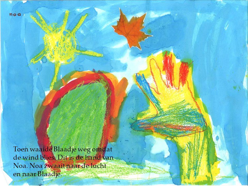 Toen waaide Blaadje weg omdat de wind blies. Dit is de hand van Noa. Noa zwaait naar de lucht en naar Blaadje.