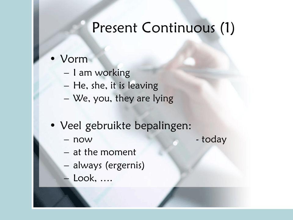 Present Continuous (2) Gebruik: –Als iets bezig is –Als je iets van plan bent –Bij ergernis Voorbeelden –Look, he is wearing a new sweater.