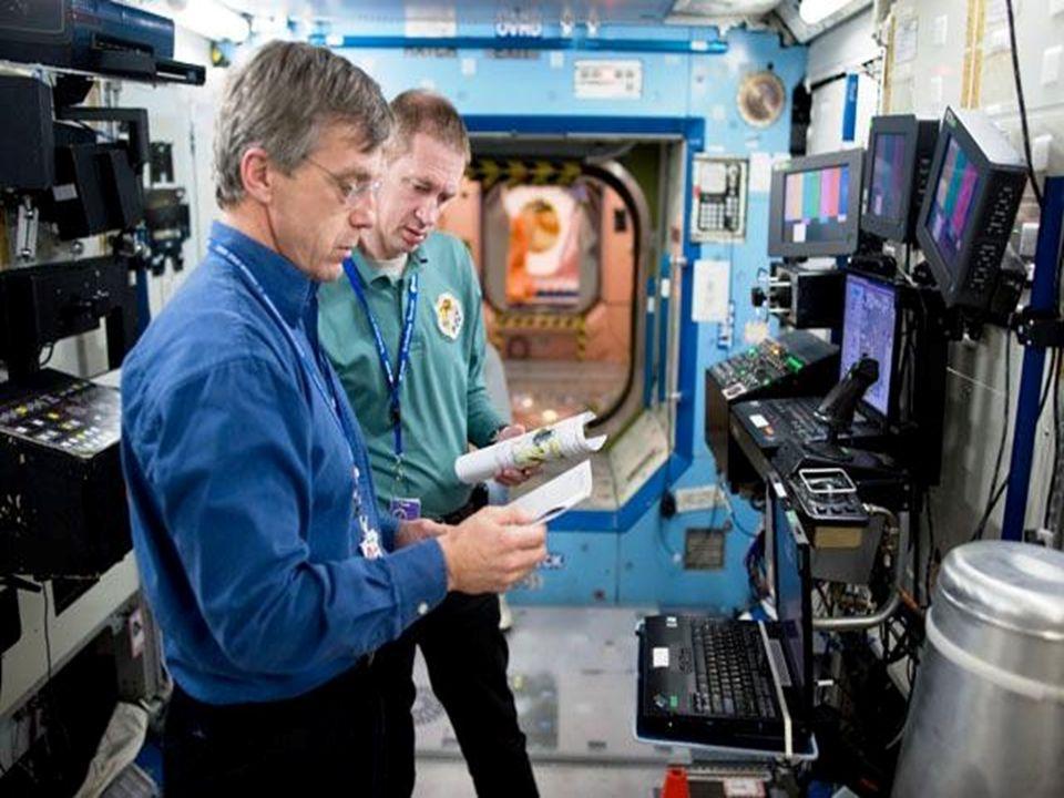 Nicole Stott helpen aan de controlepost van de Canadarm 2 in de Destiny module
