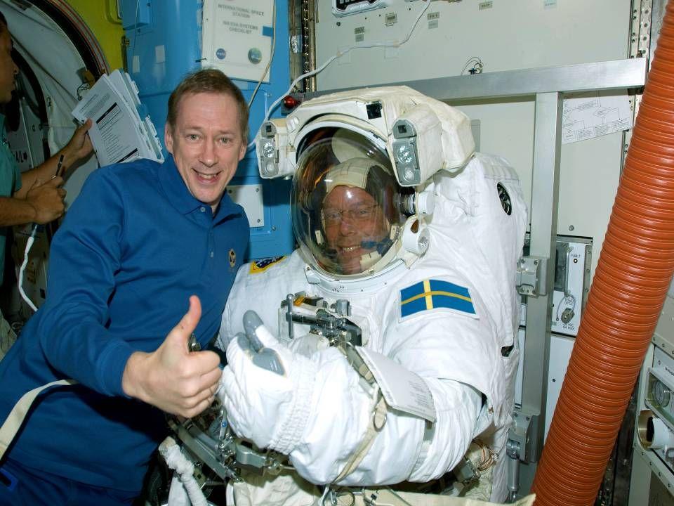 De Belgische astronaut verzamelt de waterstalen aan boord van het station