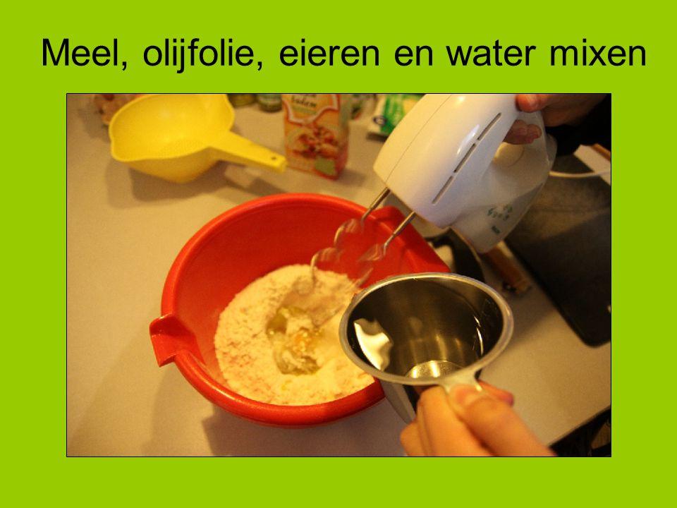 Meel, olijfolie, eieren en water mixen