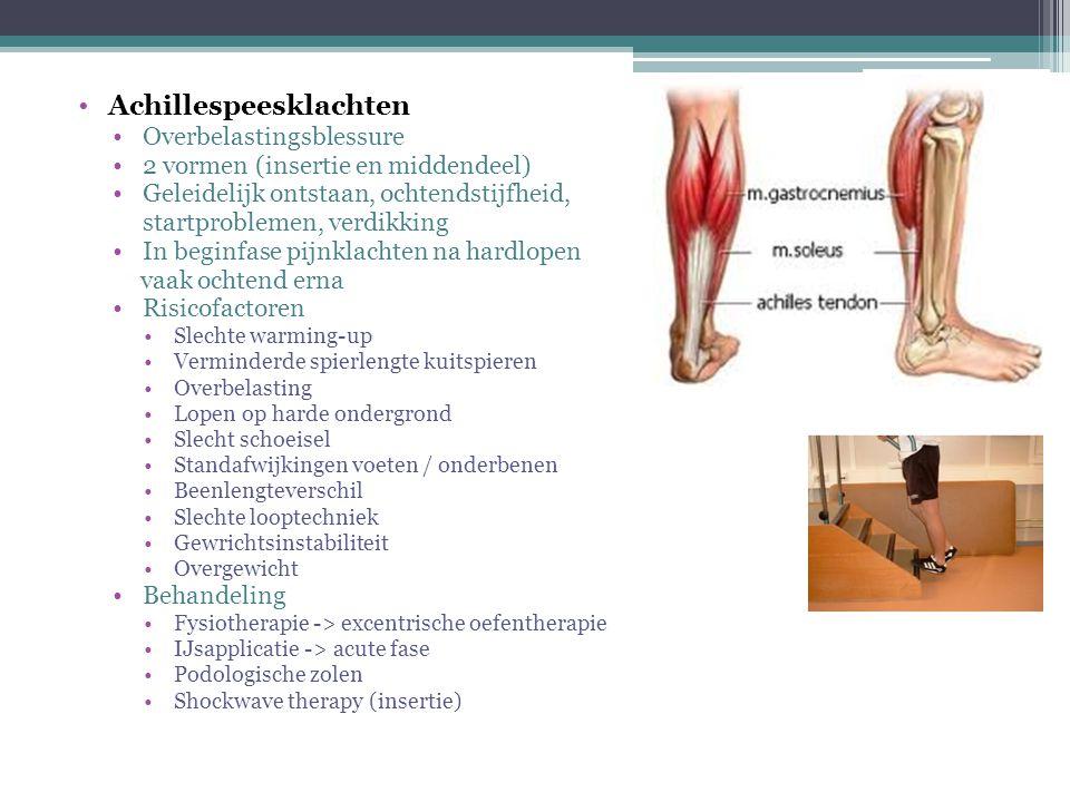 Mediaal tibiaal stress syndroom ('shin splints') Overbelastingsblessure Geleidelijk ontstaan, diffuse zeurende pijn middelse/onderste 1/3 gedeelte scheenbeen Risicofactoren Vrouw Vergrote beweeglijkheid rotaties heup > 20 mijl (36 km) lopen per week Lage botdichtheid Menstruatiestoornissen Eetstoornissen Slechte warming-up Lopen op harde ondergrond Slecht schoeisel Standafwijkingen voeten / onderbenen Beenlengteverschil Overgewicht Behandeling Reductie risicofactoren Fysiotherapie -> balanstraining, krachttraining, rekkingsoefeningen (diepe) kuitspieren Relatieve rust IJsapplicatie -> acute fase Podologische zolen en schoeisel op tijd laten vernieuwen.