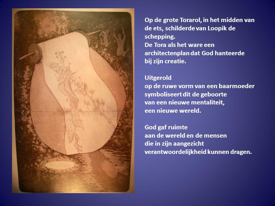 Op de grote Torarol, in het midden van de ets, schilderde van Loopik de schepping. De Tora als het ware een architectenplan dat God hanteerde bij zijn