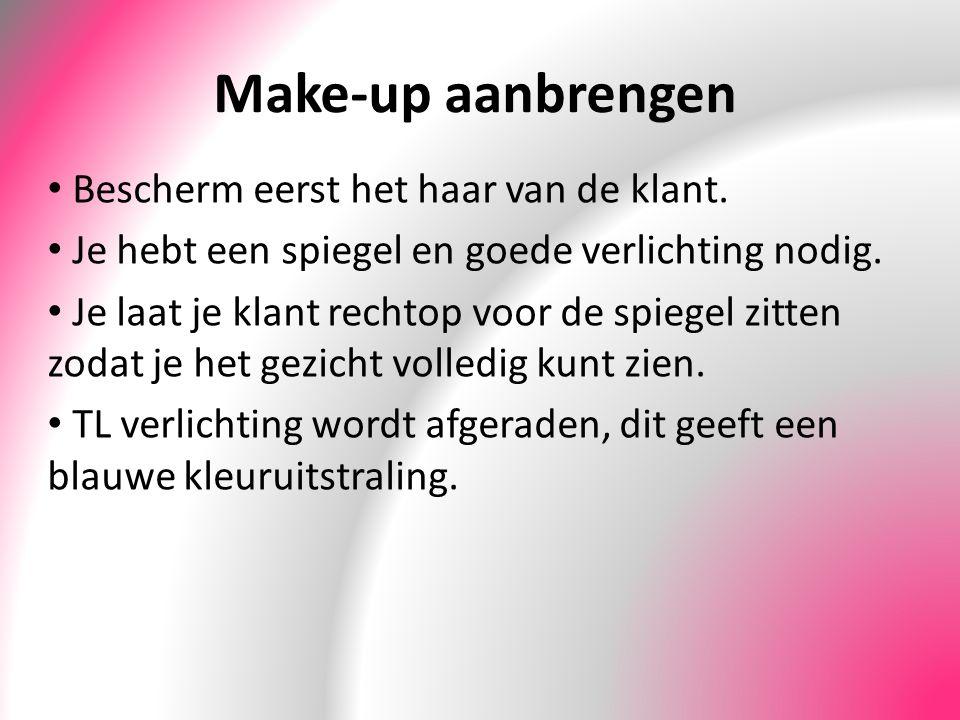Make-up aanbrengen Bescherm eerst het haar van de klant. Je hebt een spiegel en goede verlichting nodig. Je laat je klant rechtop voor de spiegel zitt