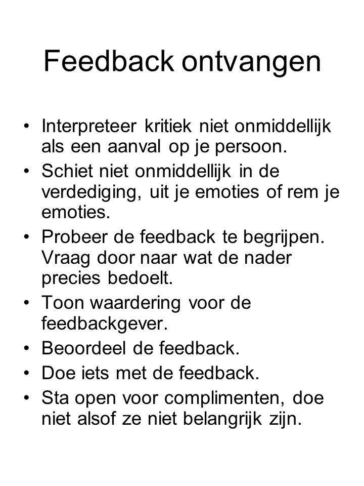 Feedback ontvangen Interpreteer kritiek niet onmiddellijk als een aanval op je persoon. Schiet niet onmiddellijk in de verdediging, uit je emoties of