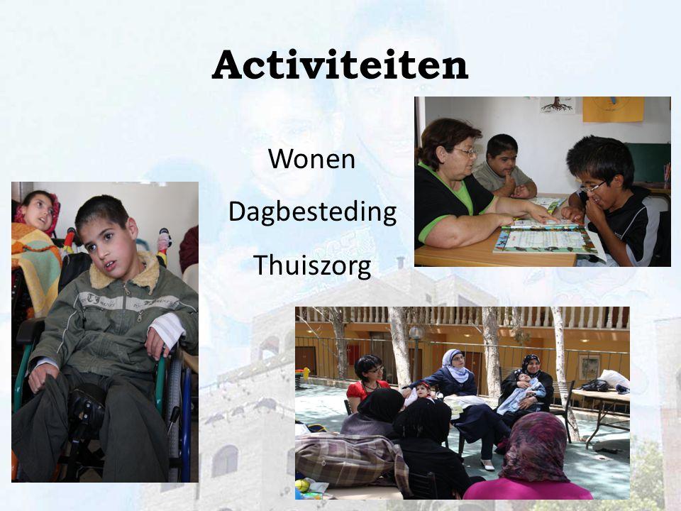 De kinderen wonen in verschillende groepen bij elkaar, jongens en meisjes gescheiden. Wonen