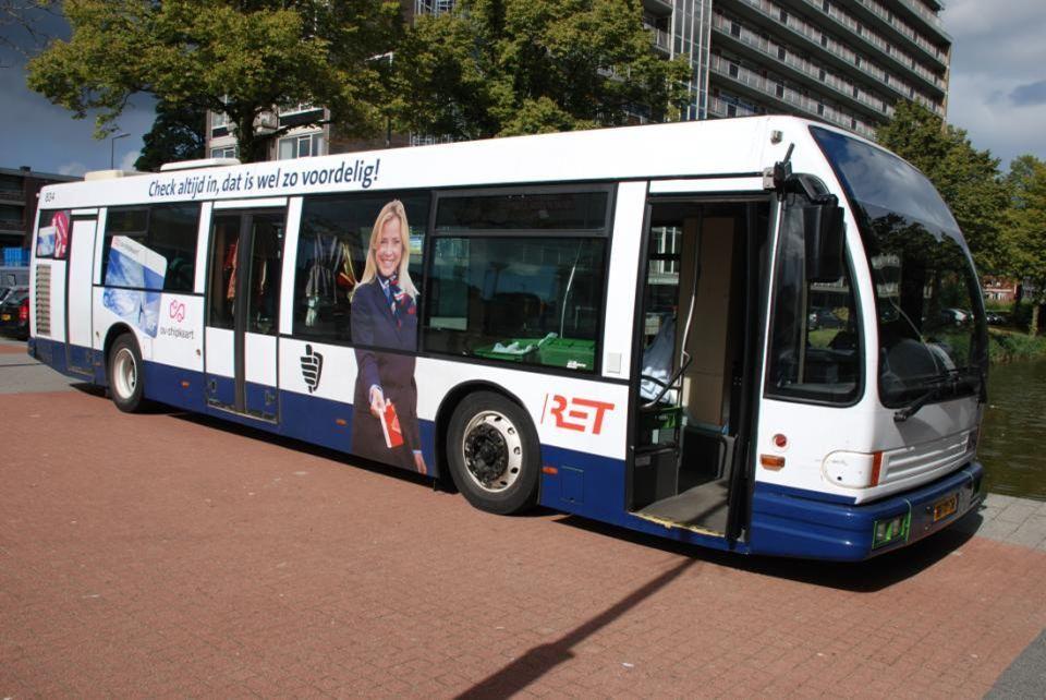 Deze dame stond reklame te maken op een RET bus