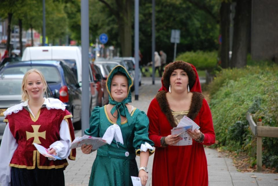 Deze dames waren aan het folderen in de wijk