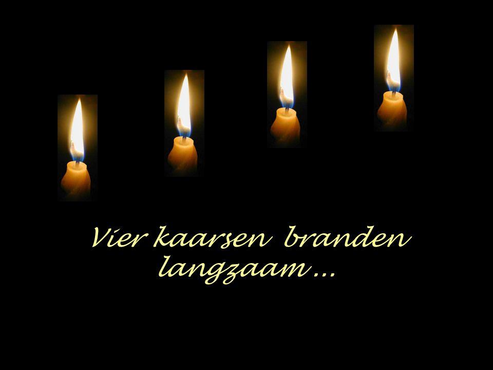 Vier kaarsen branden langzaam...