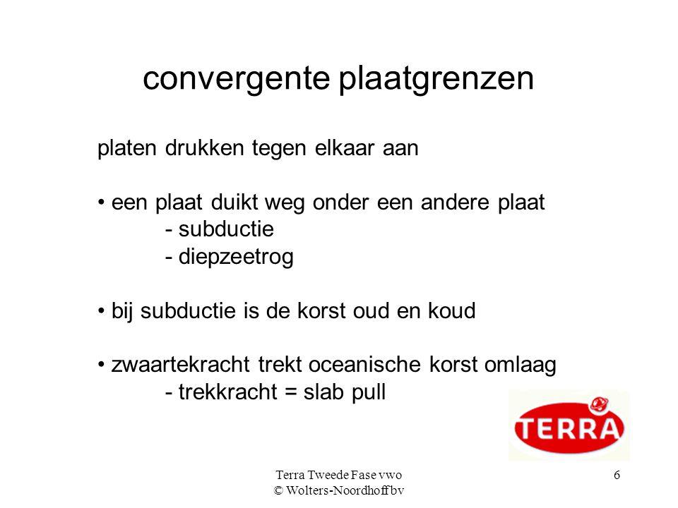 Terra Tweede Fase vwo © Wolters-Noordhoff bv 6 convergente plaatgrenzen platen drukken tegen elkaar aan een plaat duikt weg onder een andere plaat - s