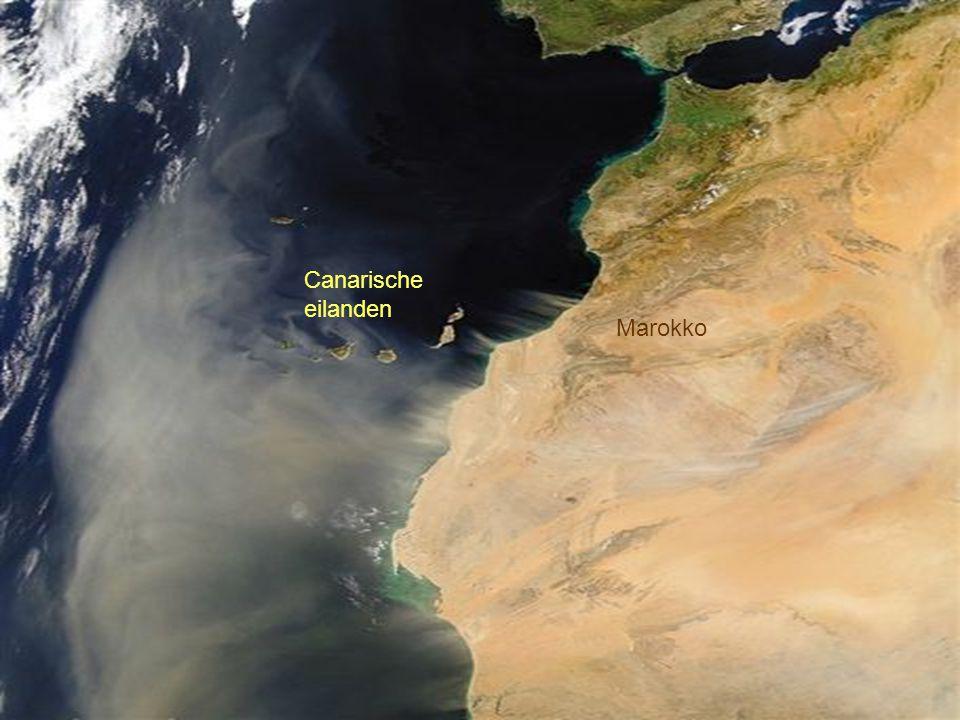 Ten westen van Marokko verlaat een zandstorm de Sahara. De zandstorm verlaat Noord-Afrika tot over de Canarische eilanden.