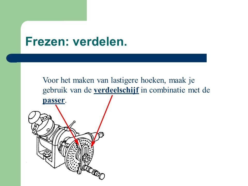 Frezen: verdelen. Voor het maken van lastigere hoeken, maak je gebruik van de verdeelschijf in combinatie met de passer.