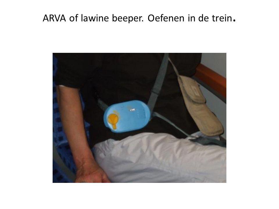 ARVA of lawine beeper. Oefenen in de trein.
