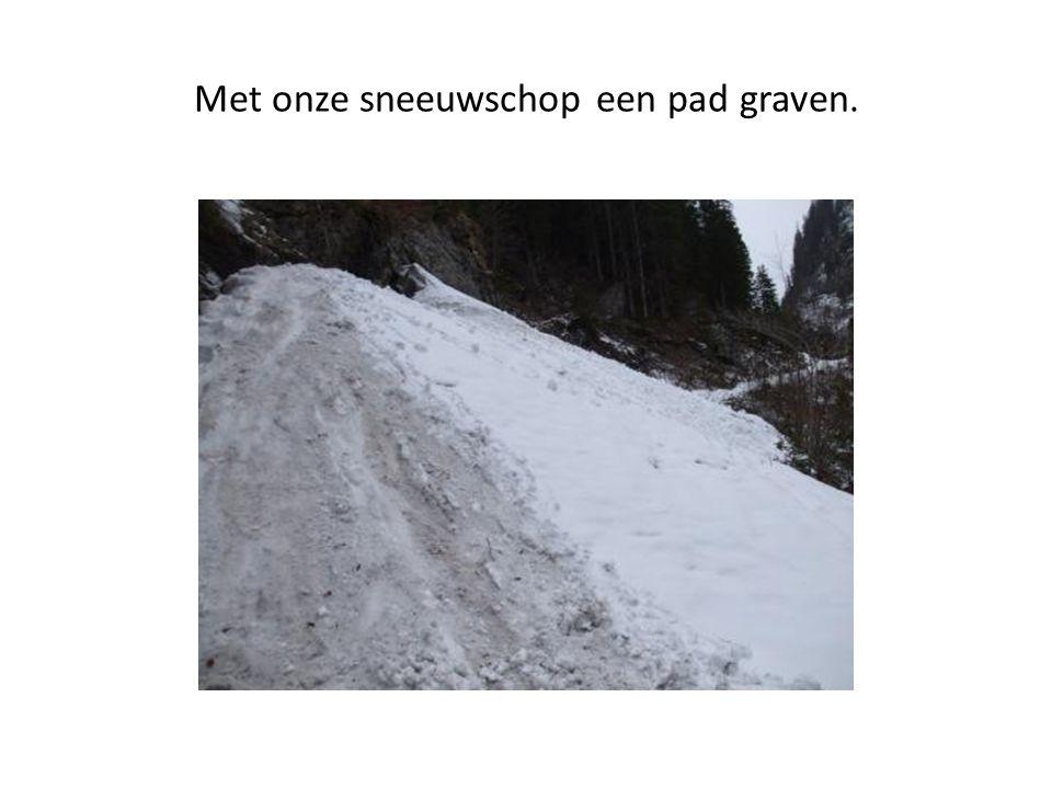 Met onze sneeuwschop een pad graven.